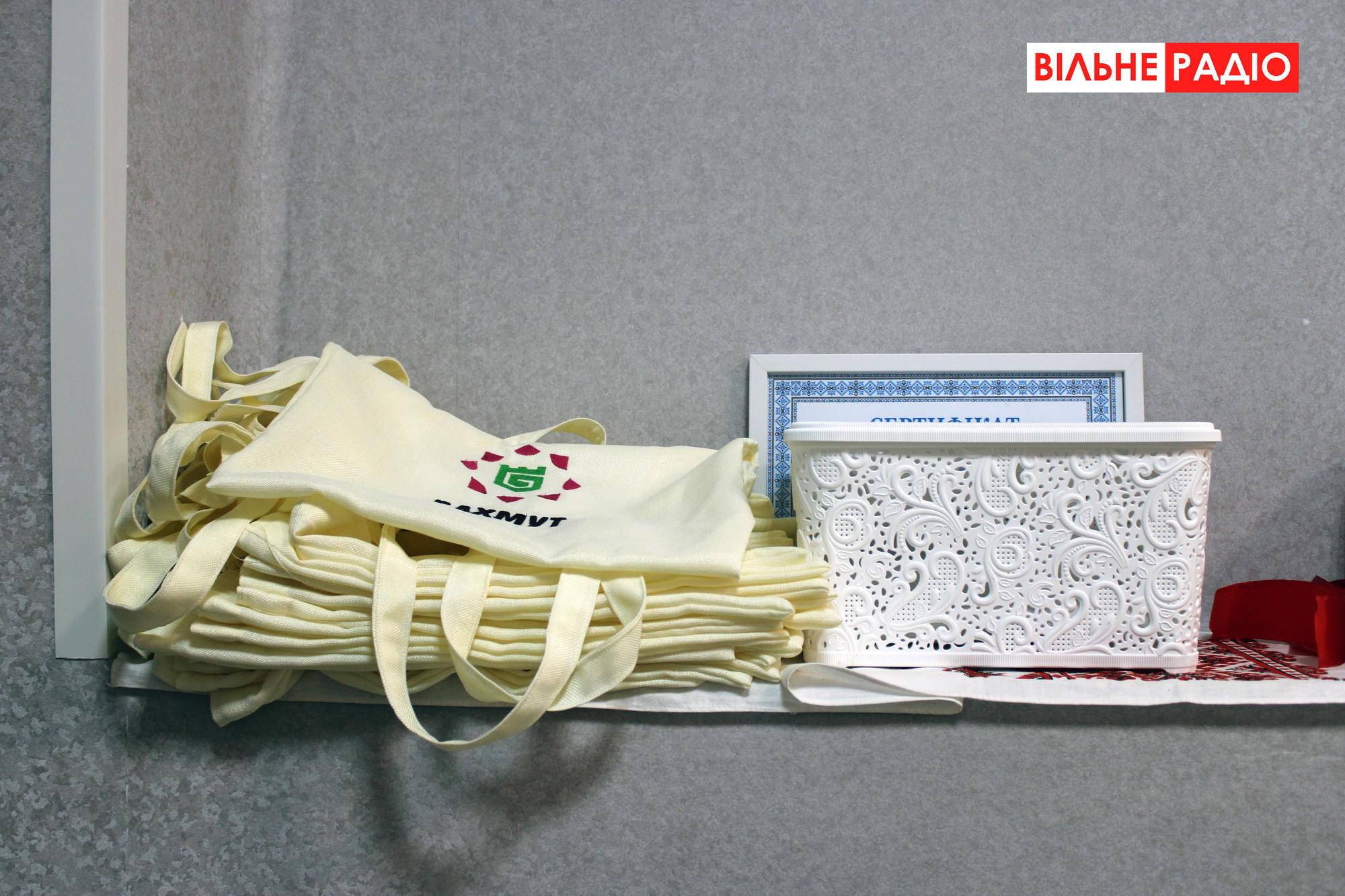 Як у Кліщіївці під Бахмутом шиють еко-торбинки