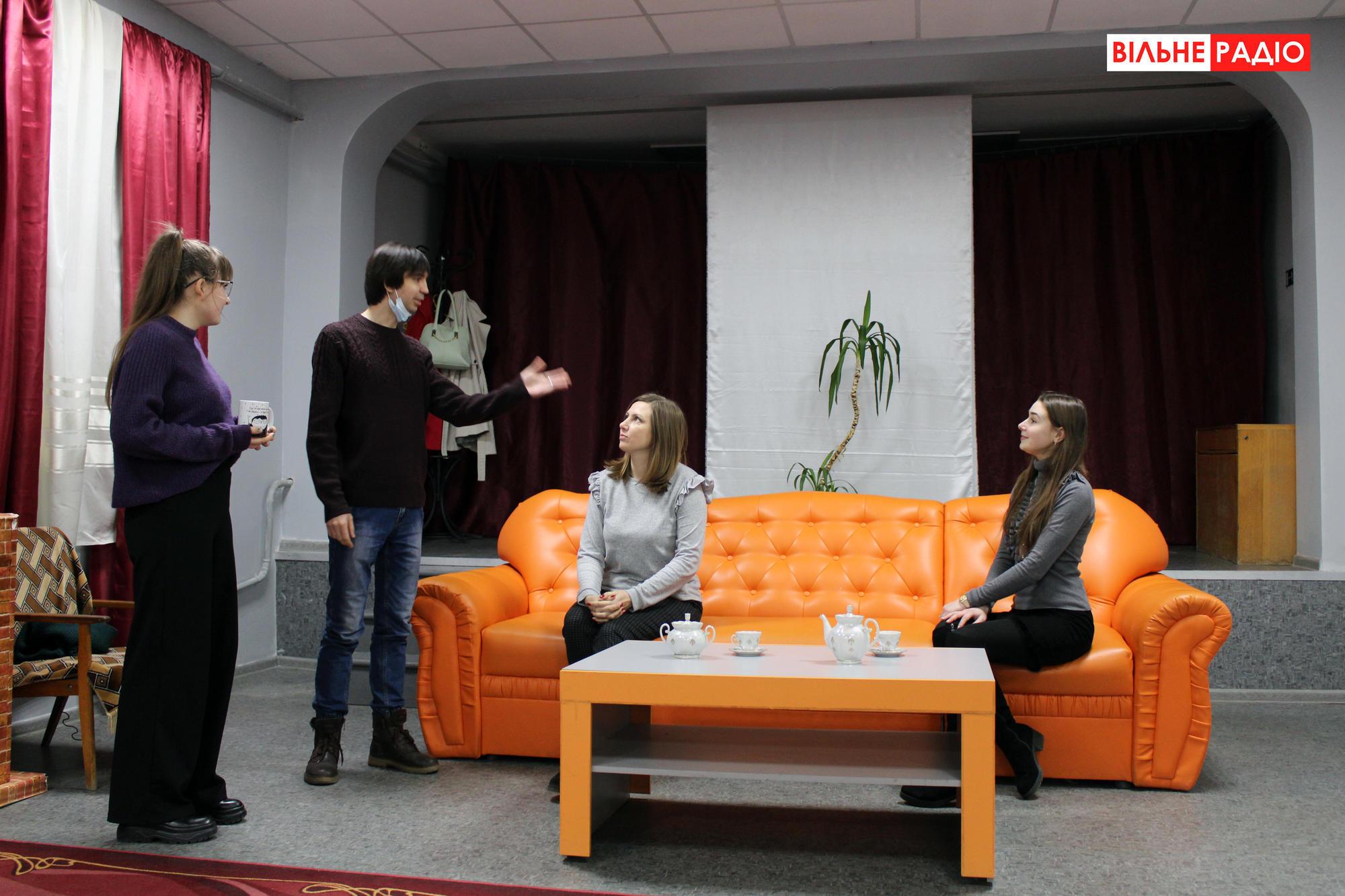 Актерская труппа из Ильиновки на сцене
