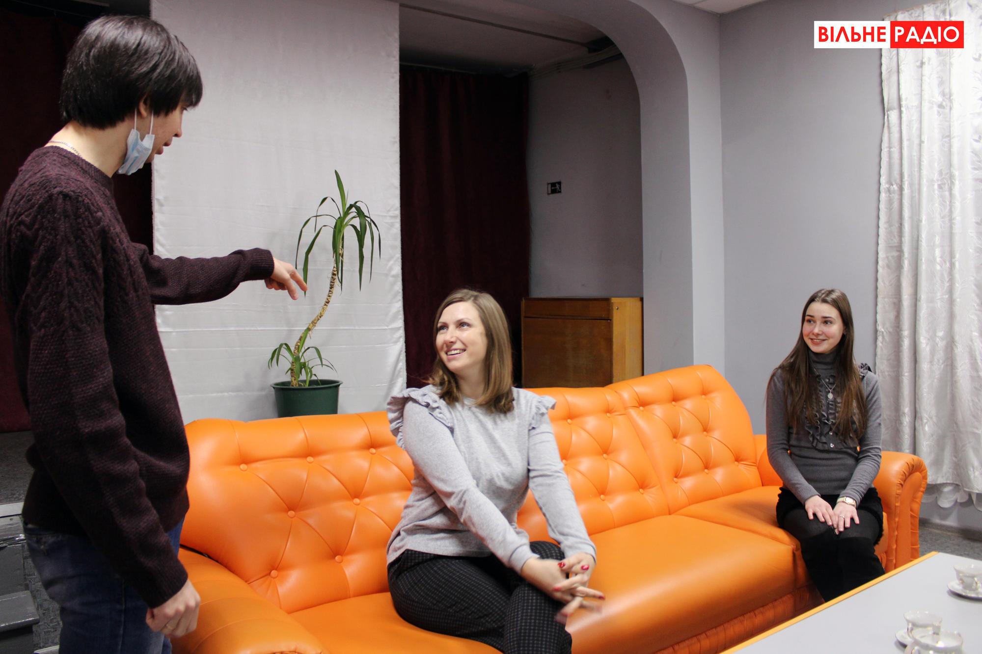 Руководитель ильиновской актерской труппы Владимир Землянко разговаривает со своими подопечными