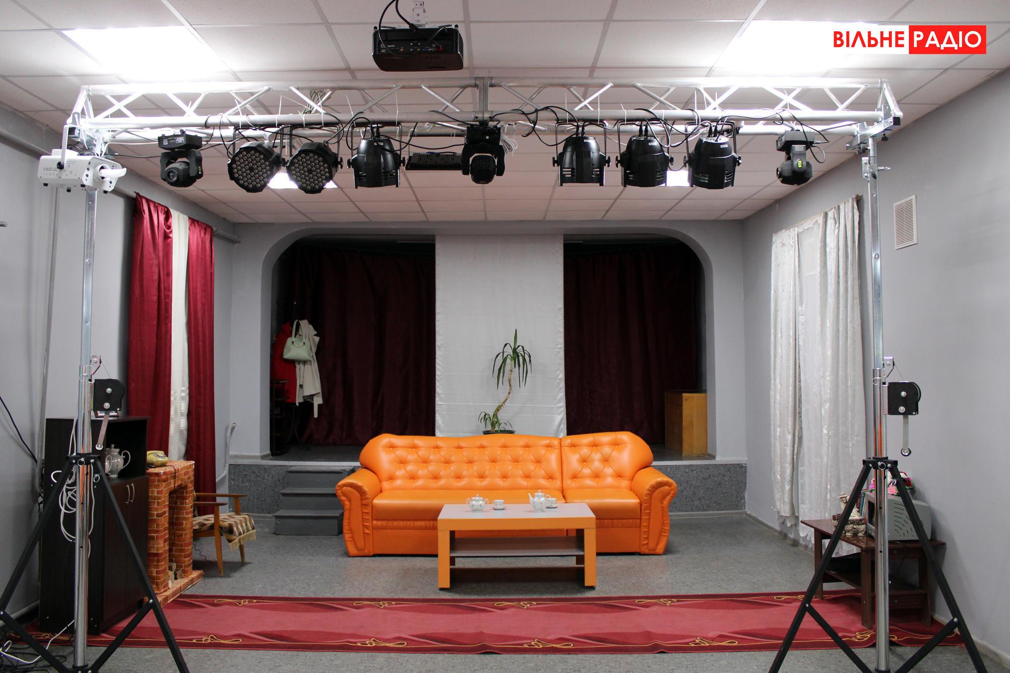 Сцена, на которой выступают актеры в Ильиновке