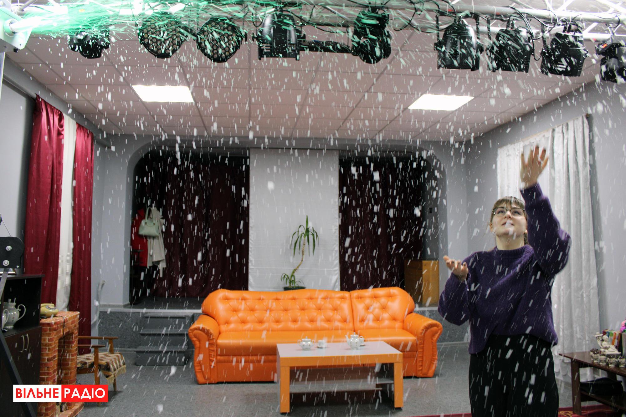 Искусственный снег, который используют в пьесах актеры из Ильиновской громады