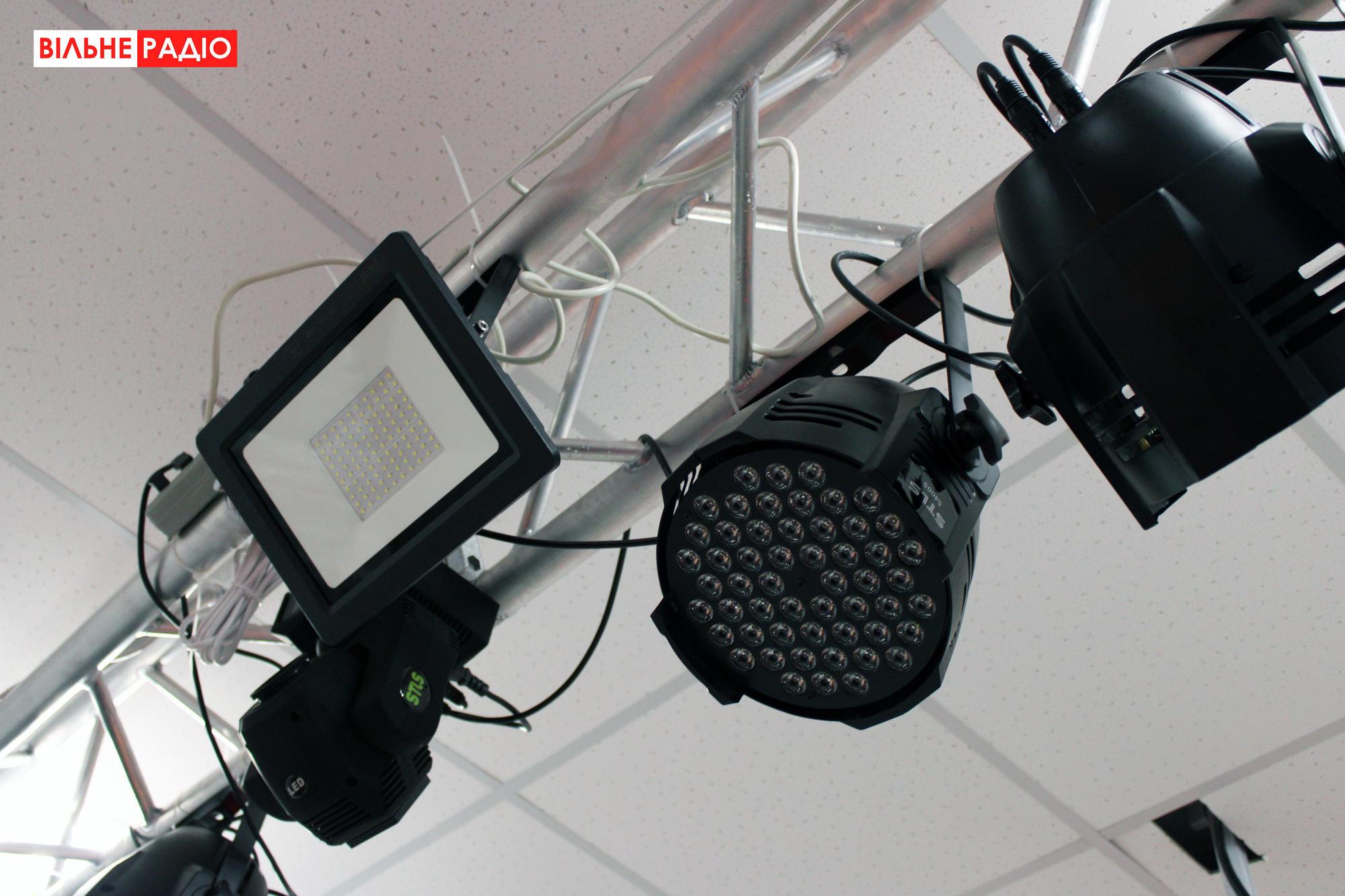 Прожектори, які вмикають під час вистав актори з Іллінівки