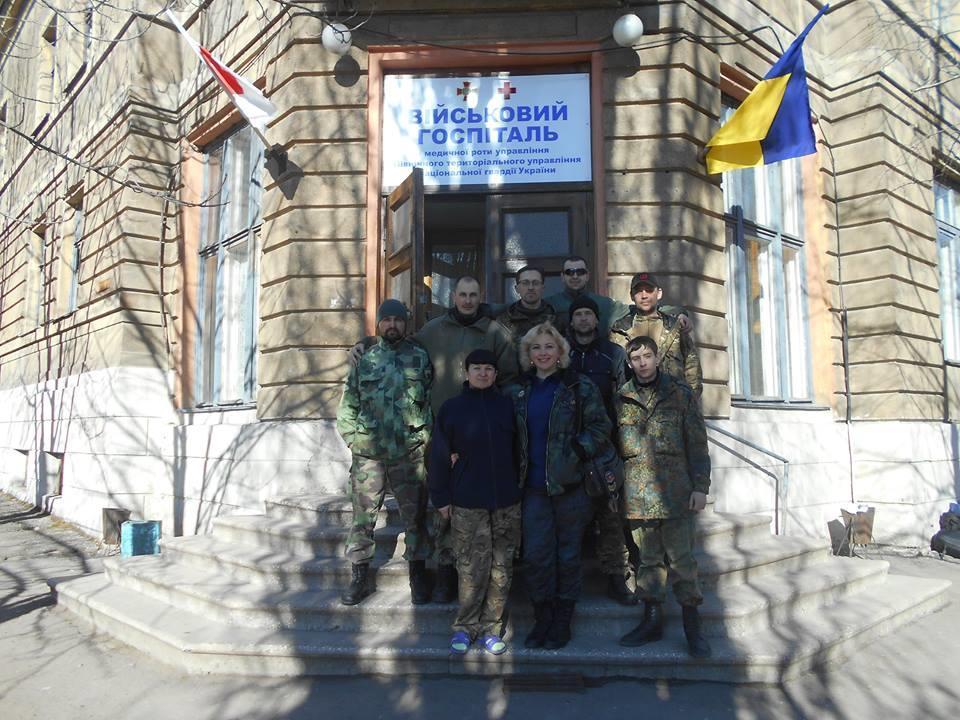 Лідія Ільків біля госпіталя в Артемівську