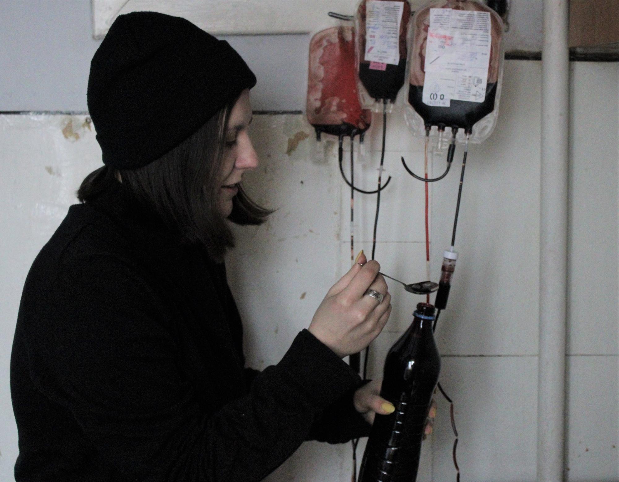 художница Ирена Тищенко с искусственной кровью