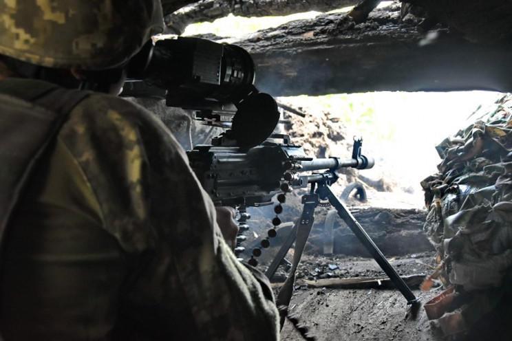 український військовий зі зброєю
