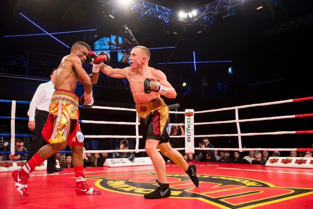Олег Єфимович боксує в ринзі
