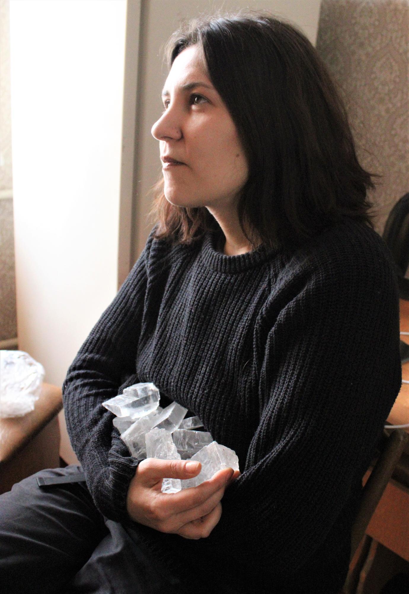 художница Татьяна Павлюк с кристаллами соли из Соледара