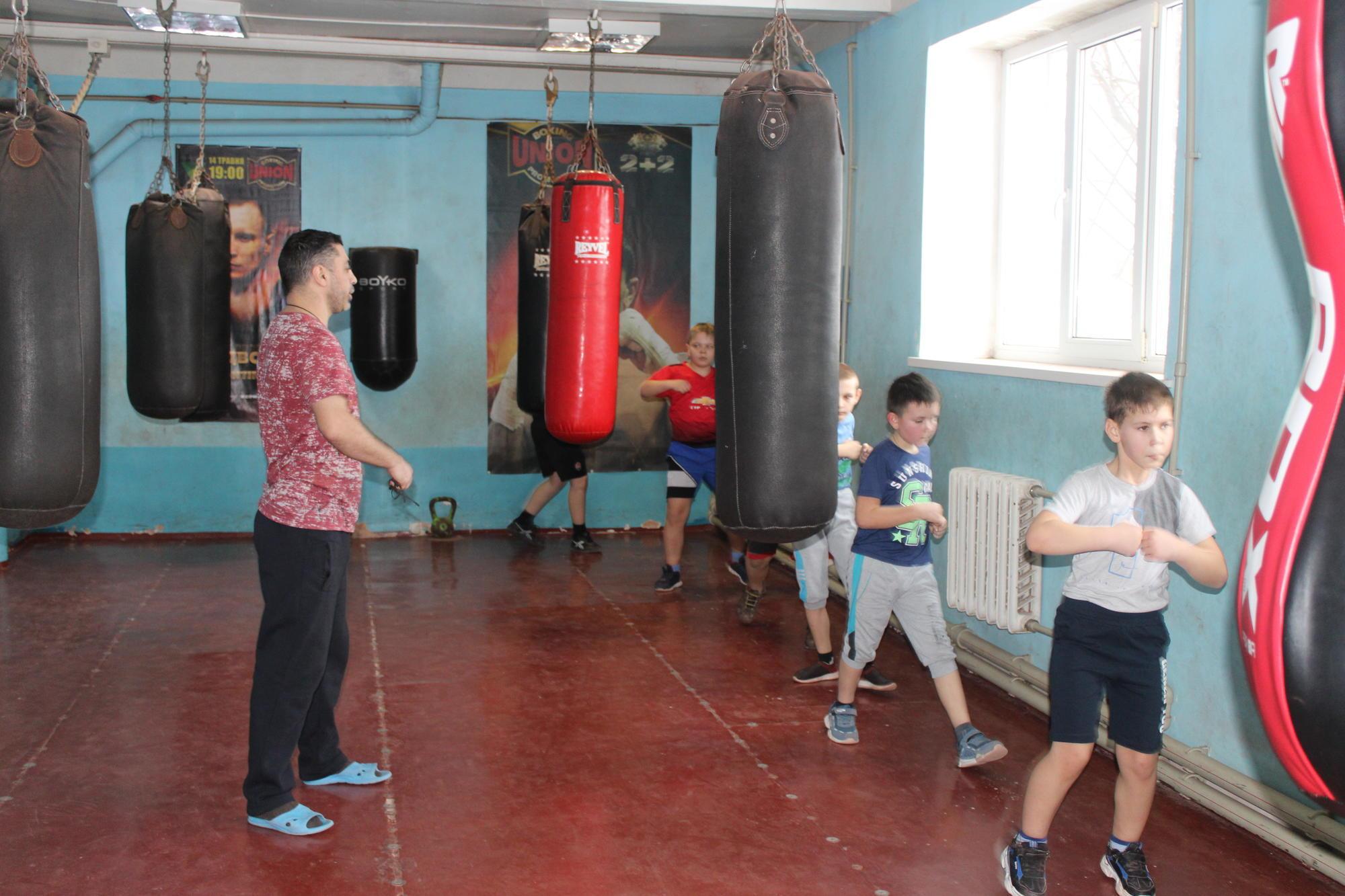 Еміль Гангалов тренує дітей у боксерському клубі Соледара