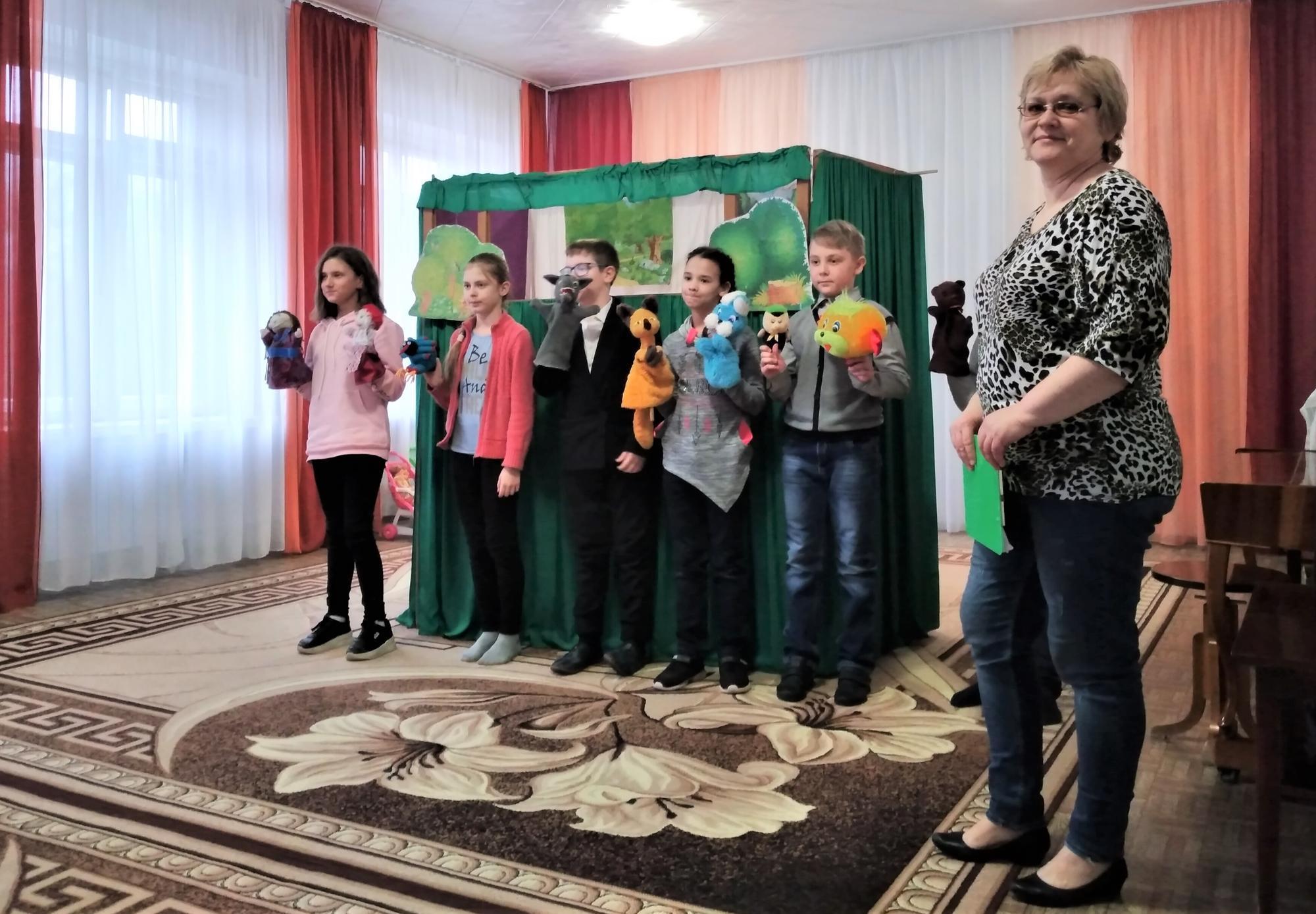 колектив лялькового театру у Світлодарську