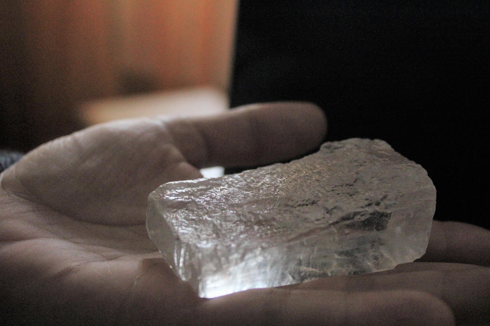 кристал кам'яної солі на долоні