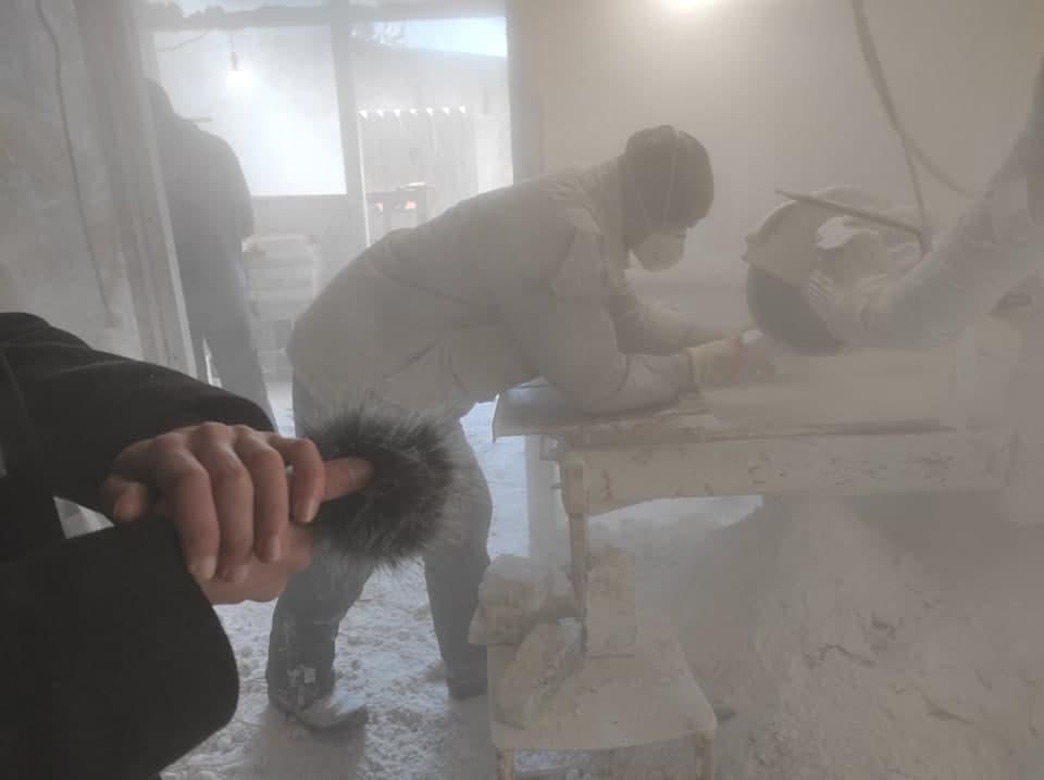 Назарій Заноз записує звук в майстерні соляних сувенірів у Соледарі