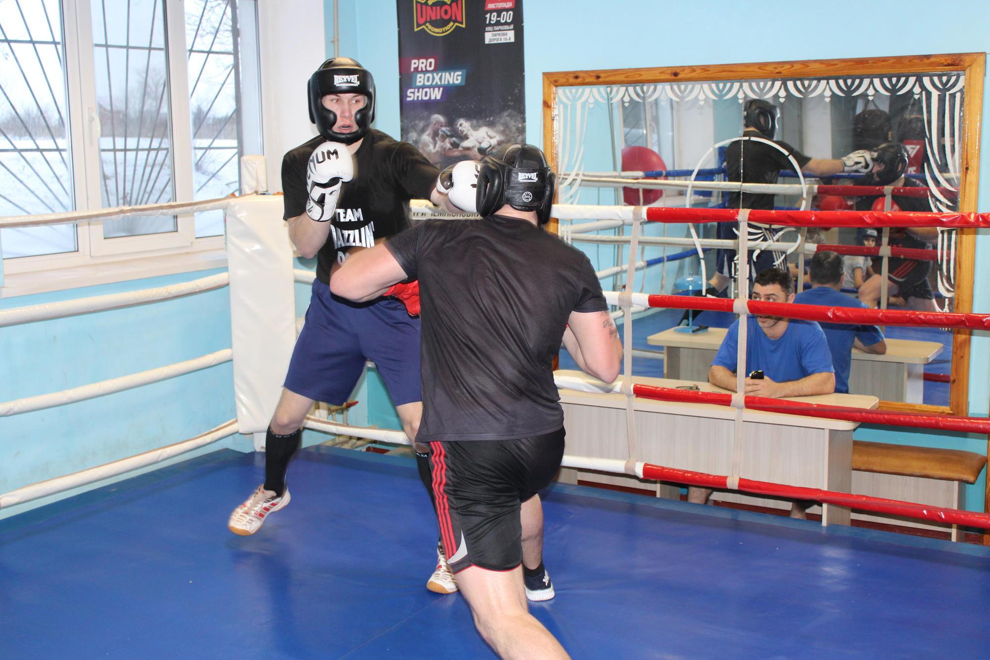 юнаки боксують в СК Золота рукавичка у Соледарі
