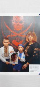 Посмотрите в эти глаза — их ждут дома годами. На Донбассе открыли выставку фото пленных военных и волонтеров