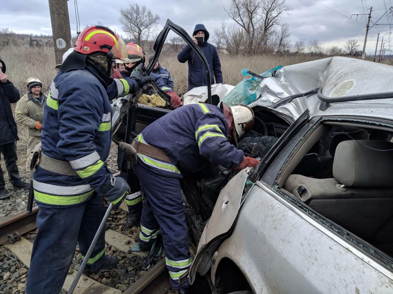 В Покровском районе электричка протаранила автомобиль, водитель погиб