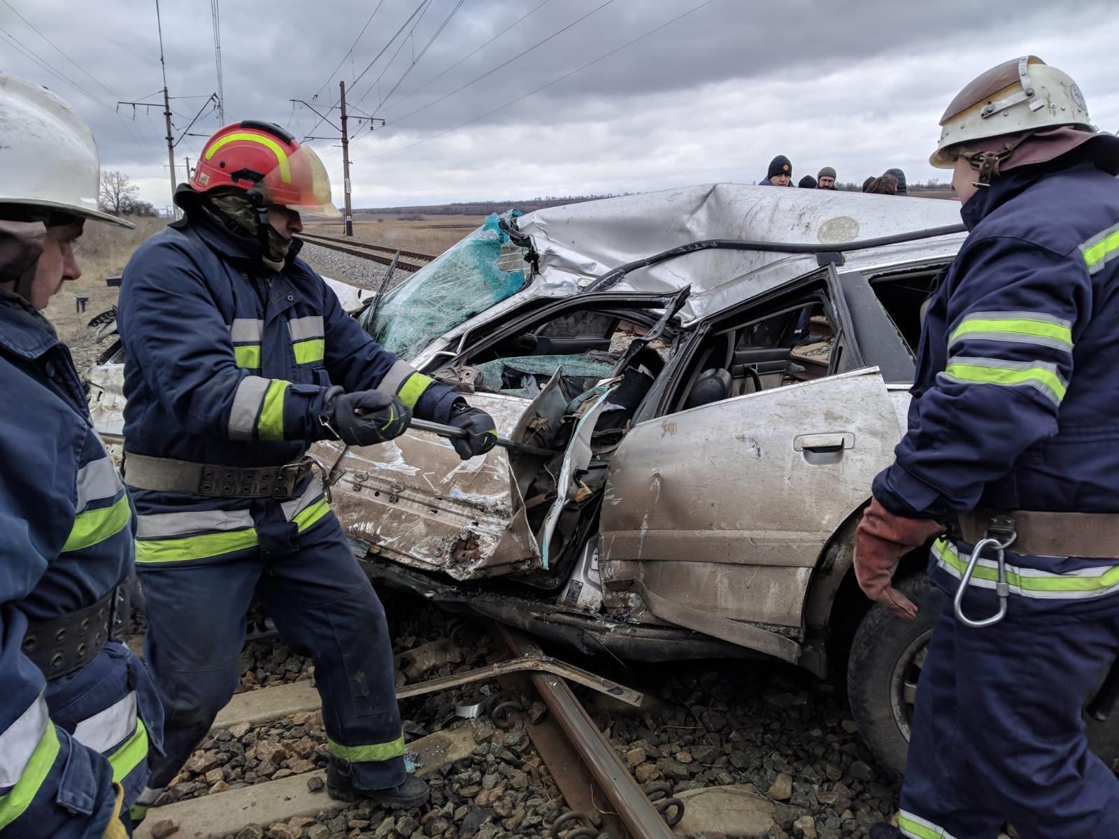 У с. Новоселівка під Покровськом електричка врізалася в авто. Водій загинув