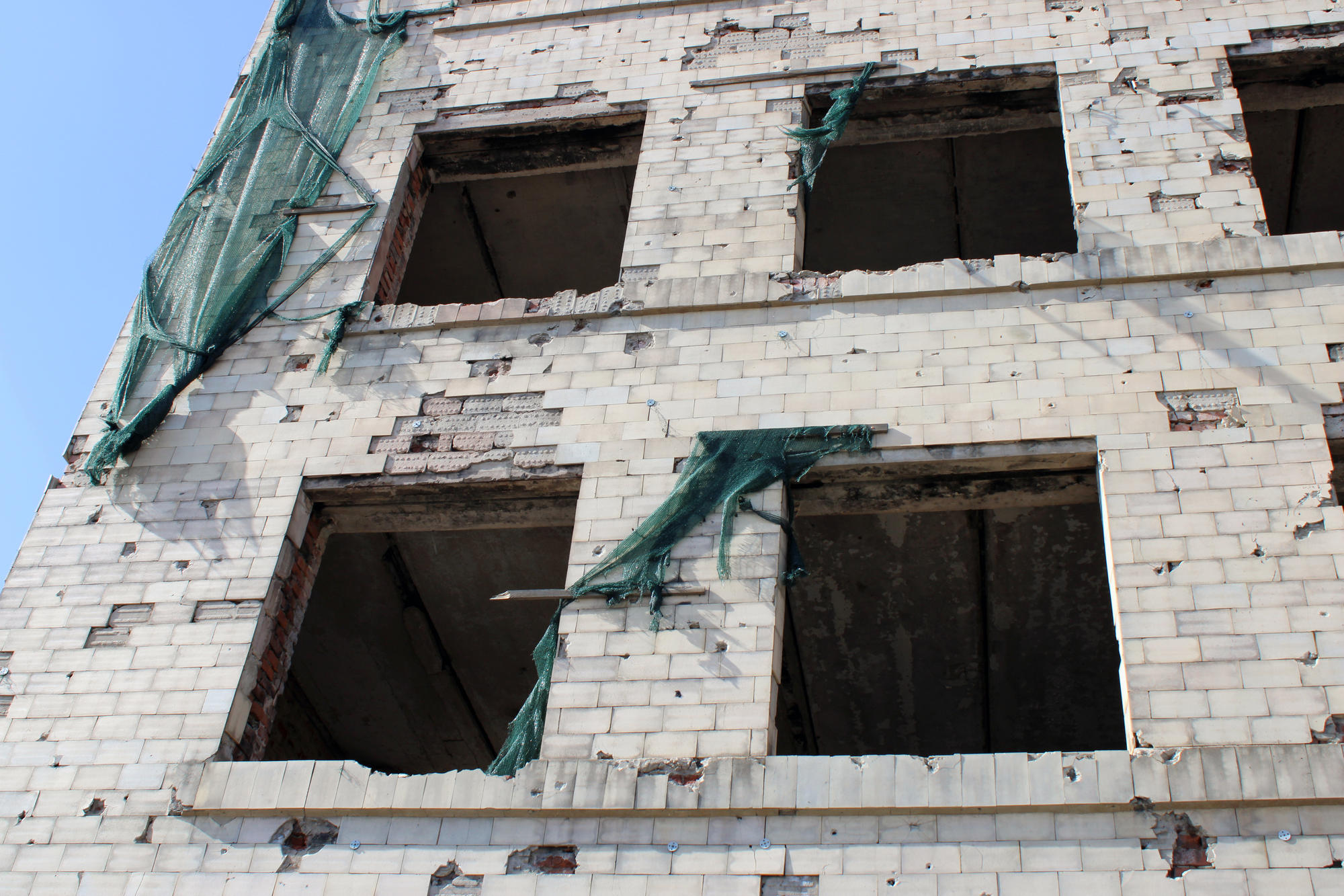 Будівля Торецької міської ради, яку зруйнували бойовики