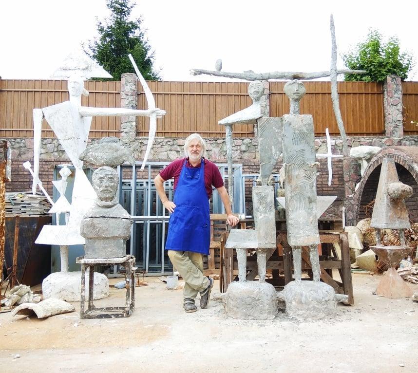 Петр Антип со скульптурами на Киевщине