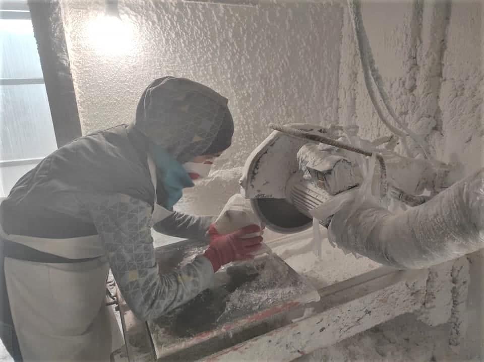 Валентина Беро работает в соляной мастерской Соледара