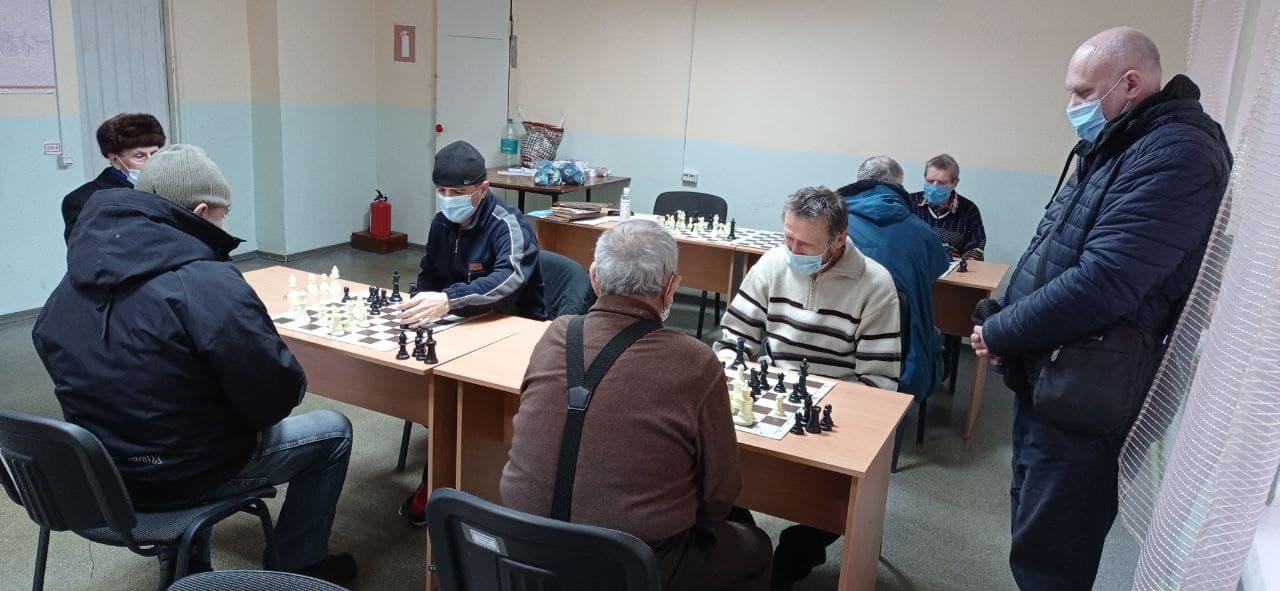 чоловіки грають в шахи у Бахмуті