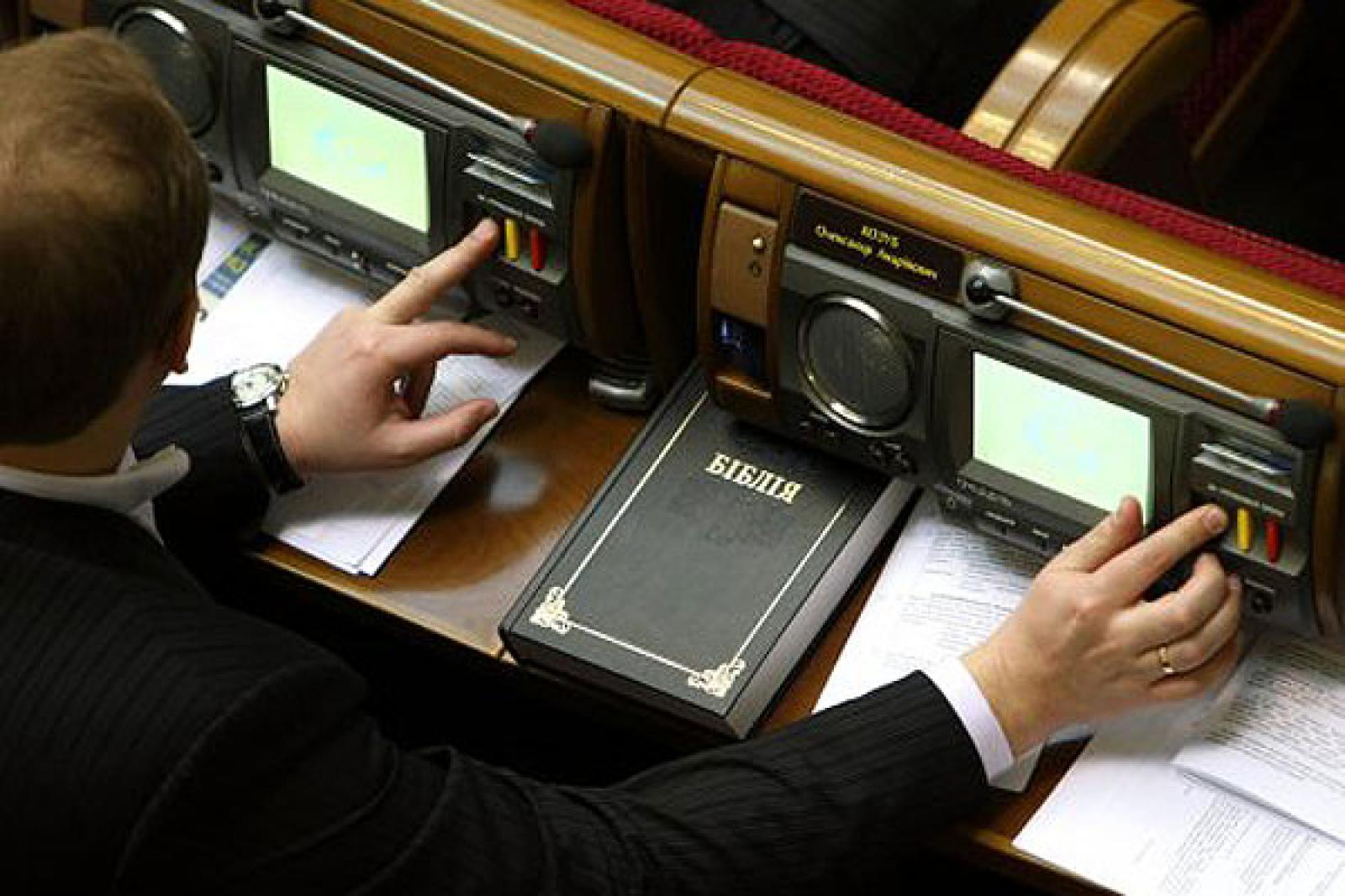 Тепер нардепи зможуть голосувати лише двома руками, що вирішить проблему кнопкаодавства