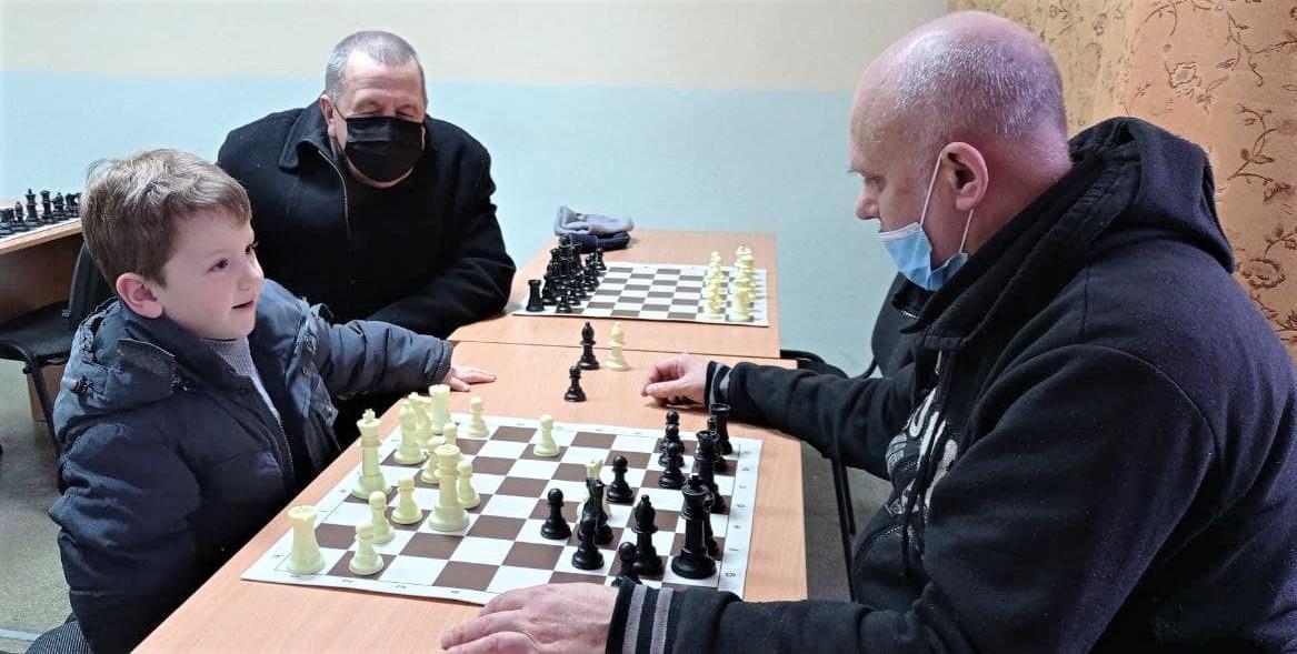 хлопчик грає в шахи у Бахмуті