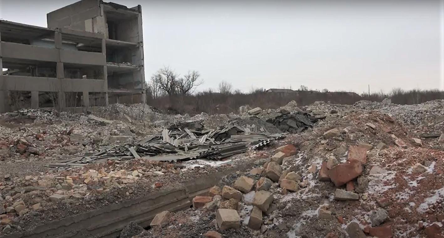 руїни Білокам'янського заводу вогнетривів у Соледарі