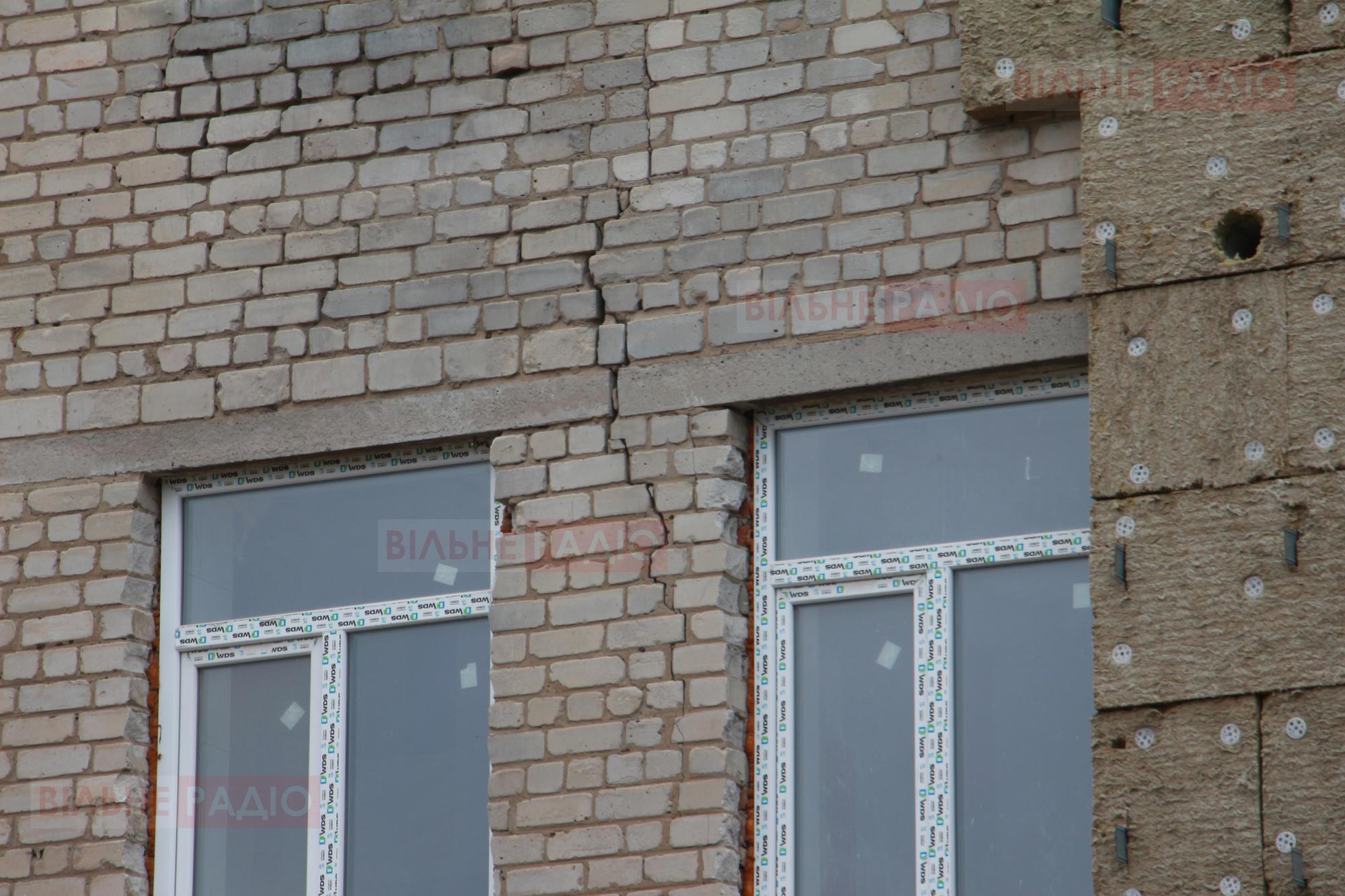 В Бахмуті в одній зі шкіл, де роблять ремонт, обвалилась стіна. В міськраді кажуть, що це передбачали (ФОТО)