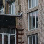 В бахмутській ЗОШ №12, щоб усунути тріщини, будуть знімати вікна та посилювати будівлю