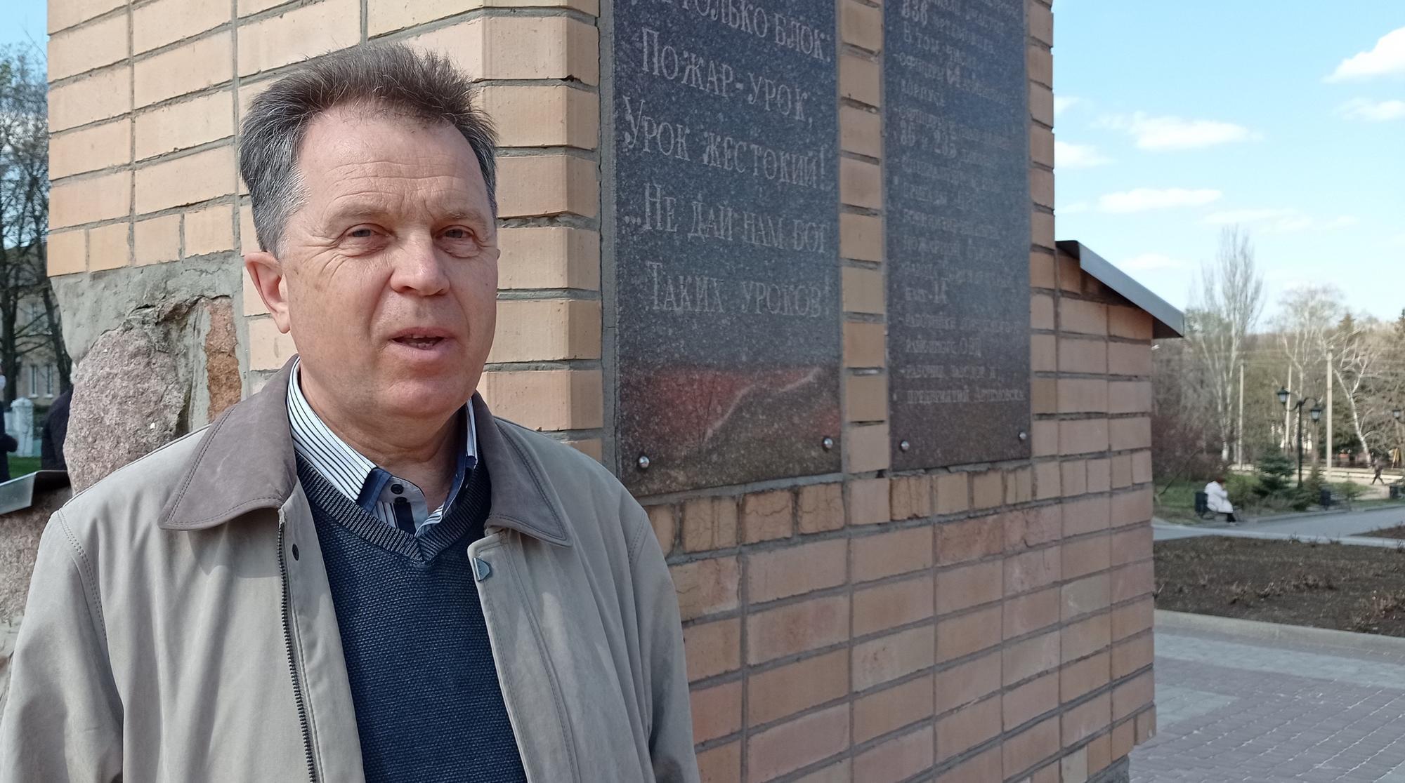 Борис Ищенко возле памятника Чернобылю в Бахмуте