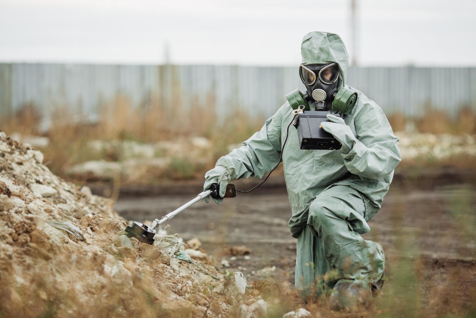 людина в зоні ЧАЕС з дозиметром захисний костюм