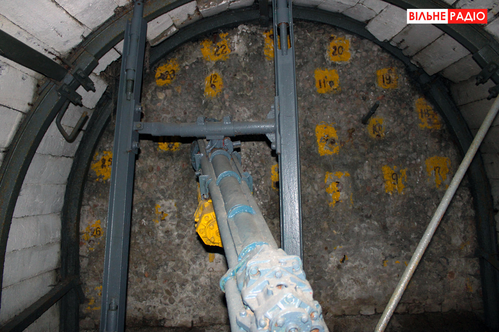 Стена, которой оканчивается квершлаг. Фото из учебной шахты в Торецке