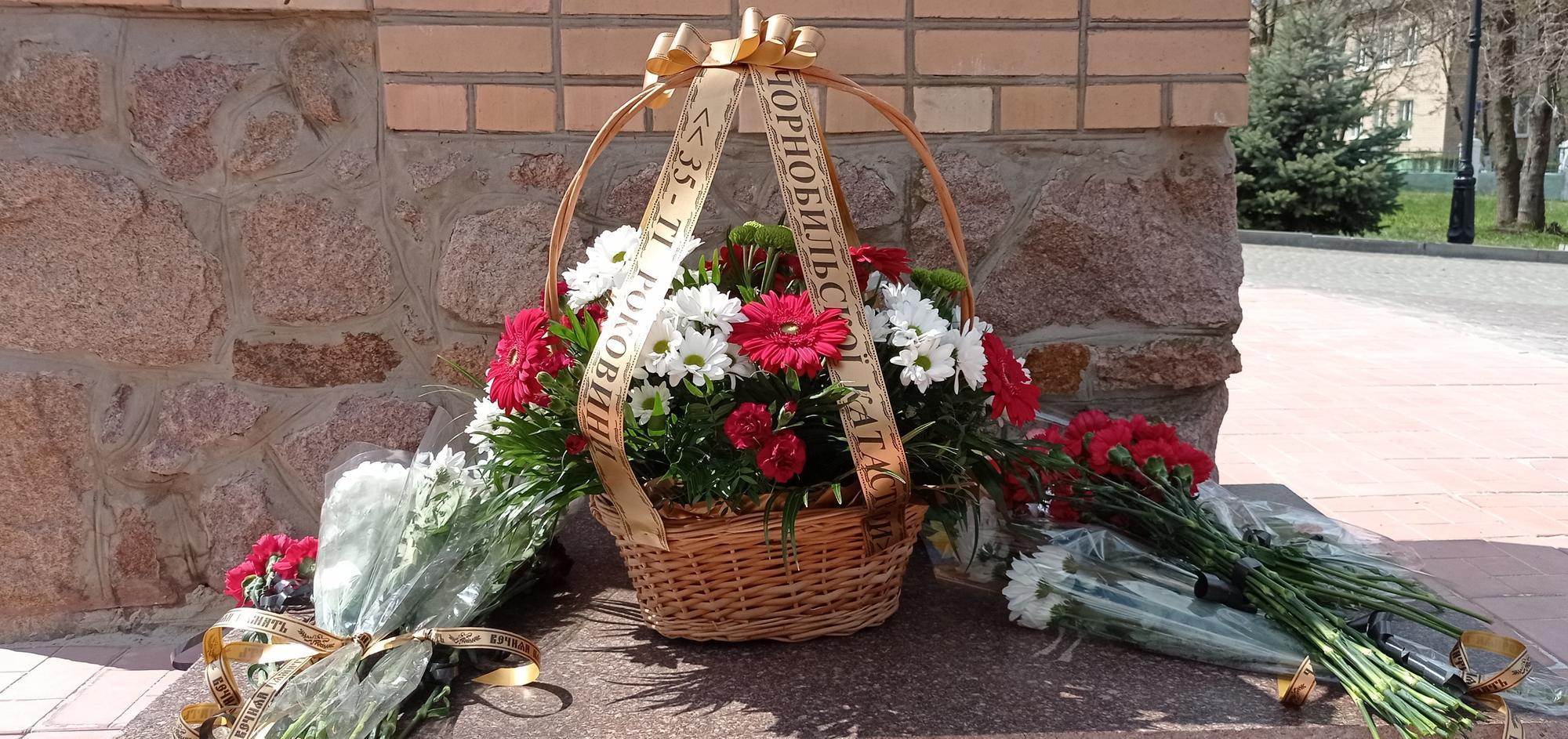 цветы у памятника Чернобыльской катастрофе в Бахмуте