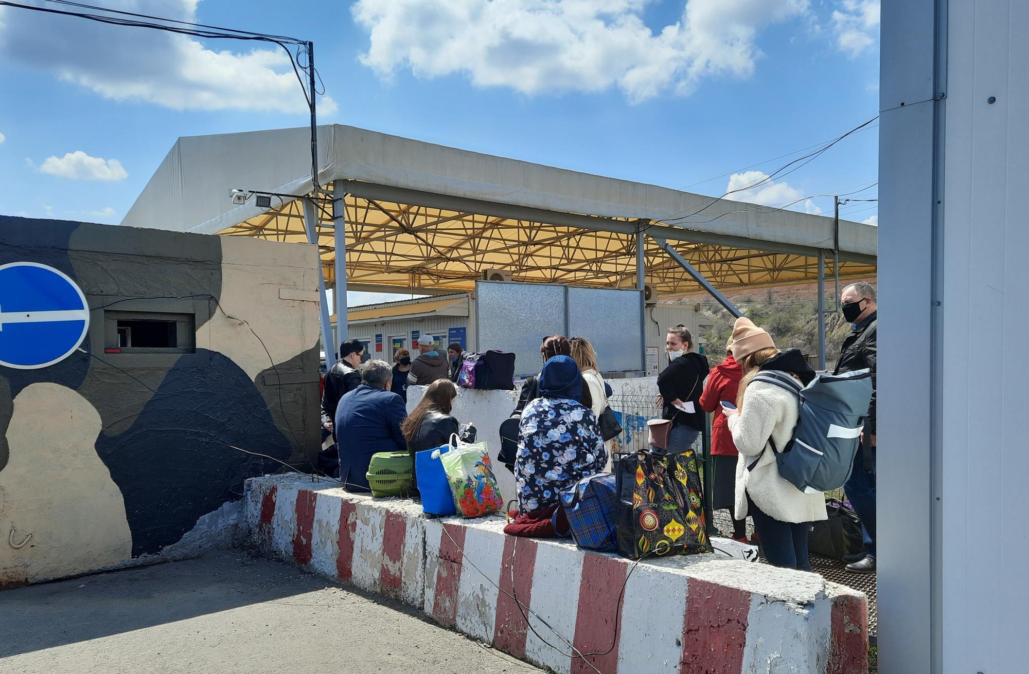 люди чекають на КПВВ Новотроїцьке
