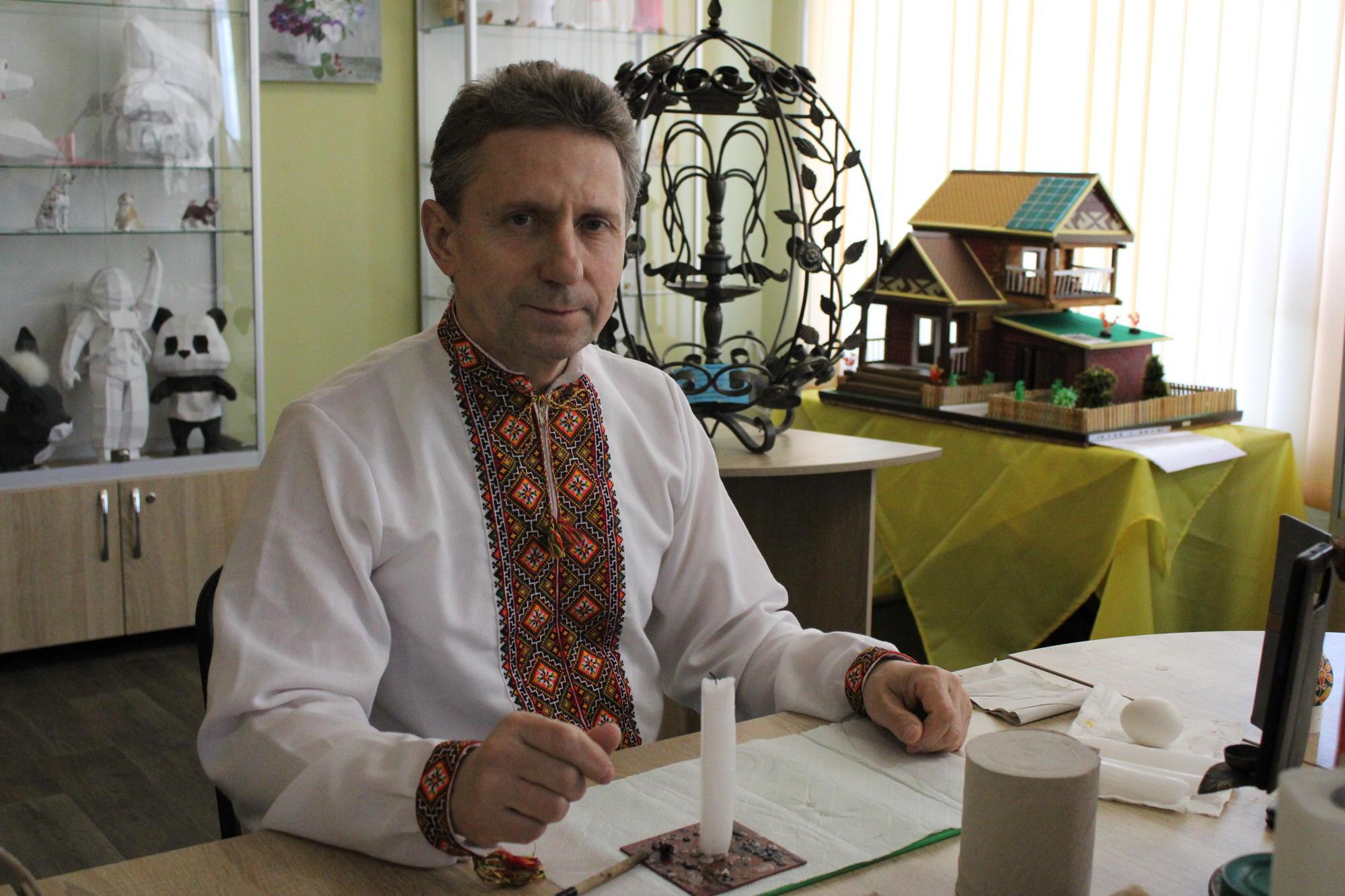 мастер-писанкарь с Донетчины Дмитрий Денисенко