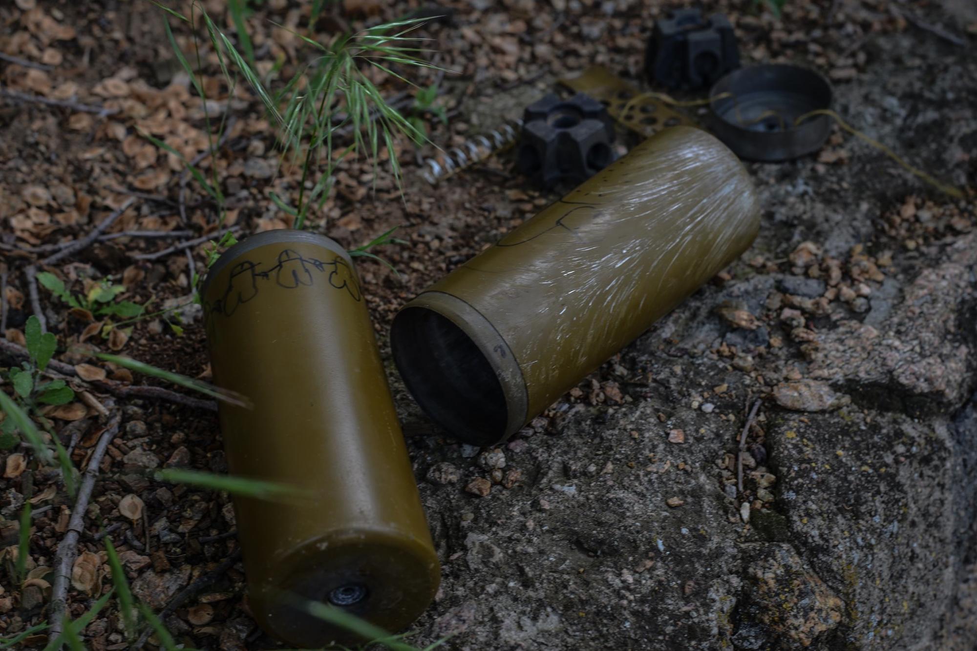 Мины, которые боевики сбросили рядом с жилым домом под Волновахой