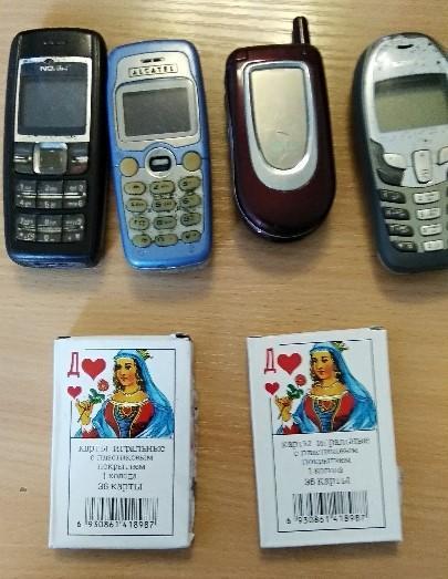 У Торецьку в боржника конфіскували 4 кнопкових телефони та 2 колоди карт
