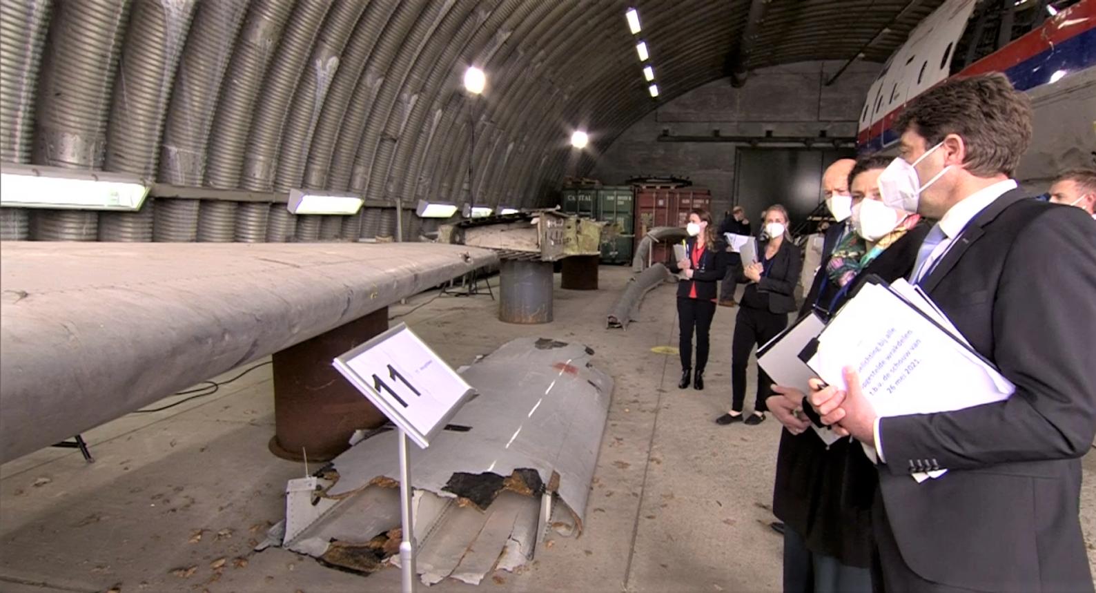 учасники суду вивчають деталі крила збитого на Донбасі Боїнга