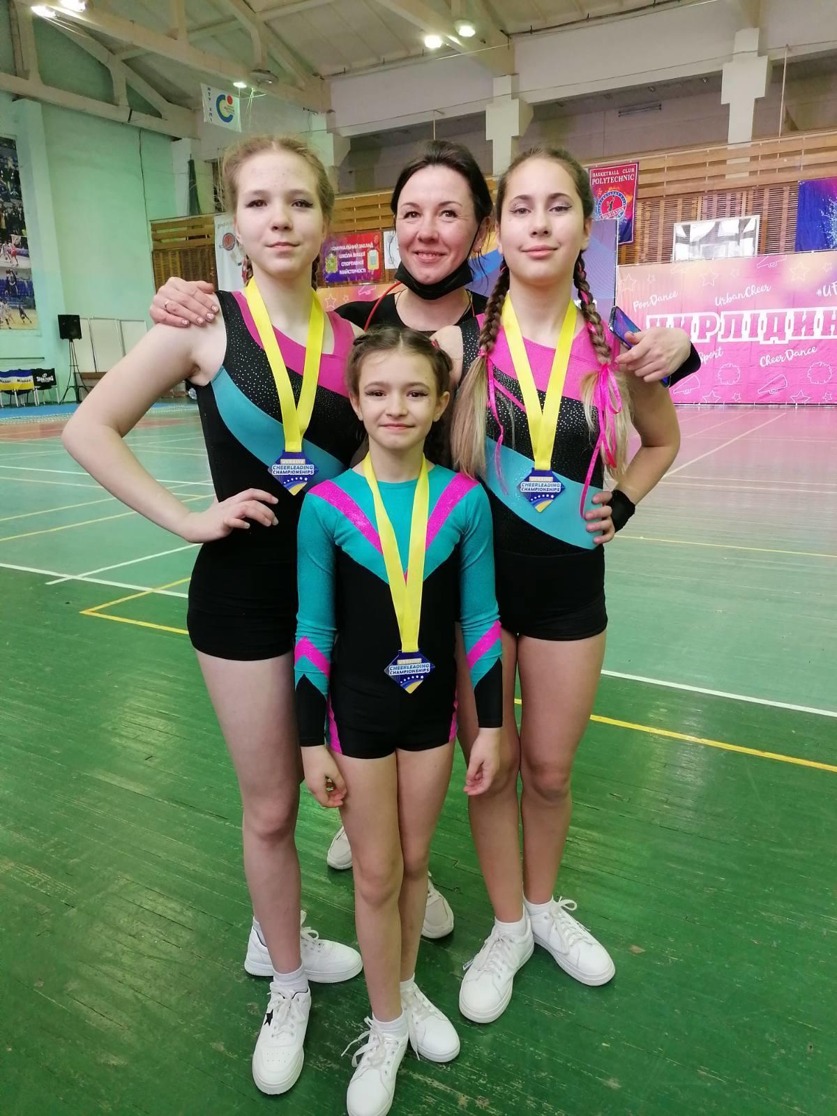 чірлідерки з Бахмута разом з тренеркою Іриною Яценко