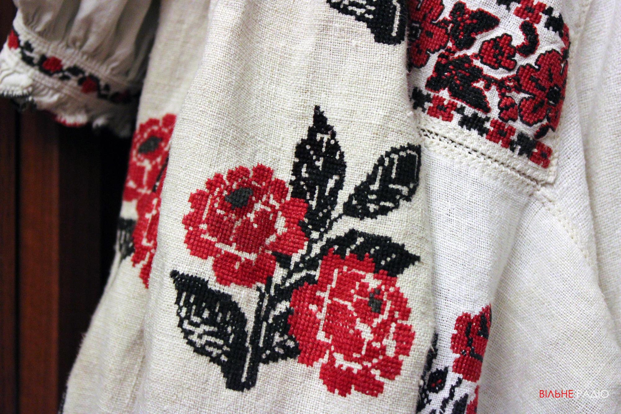 Вышивка крестиком на сорочке жительницы Донетчины