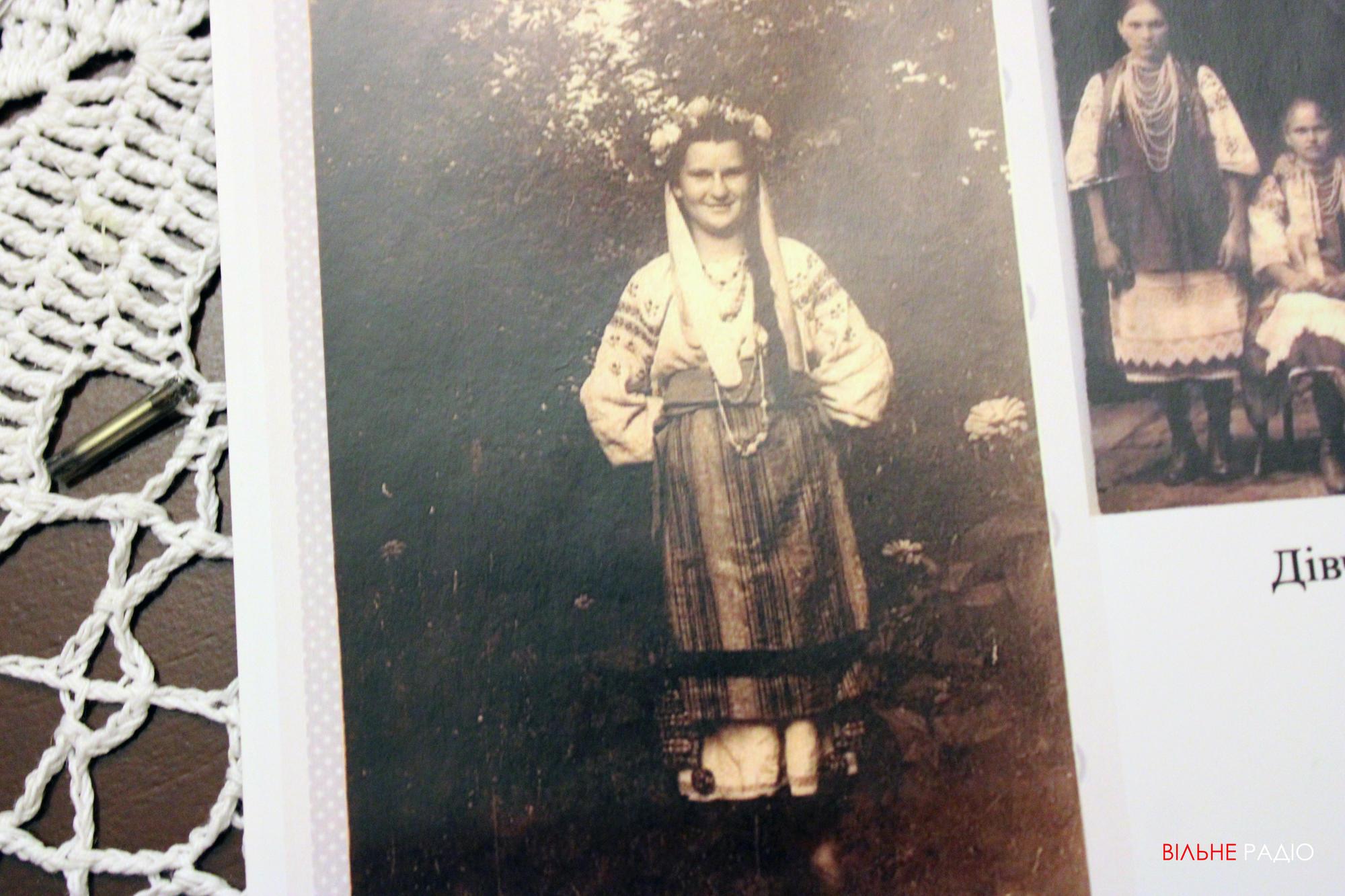 Дівчина з Часів Яра на Донеччині, вбрана у народний одяг