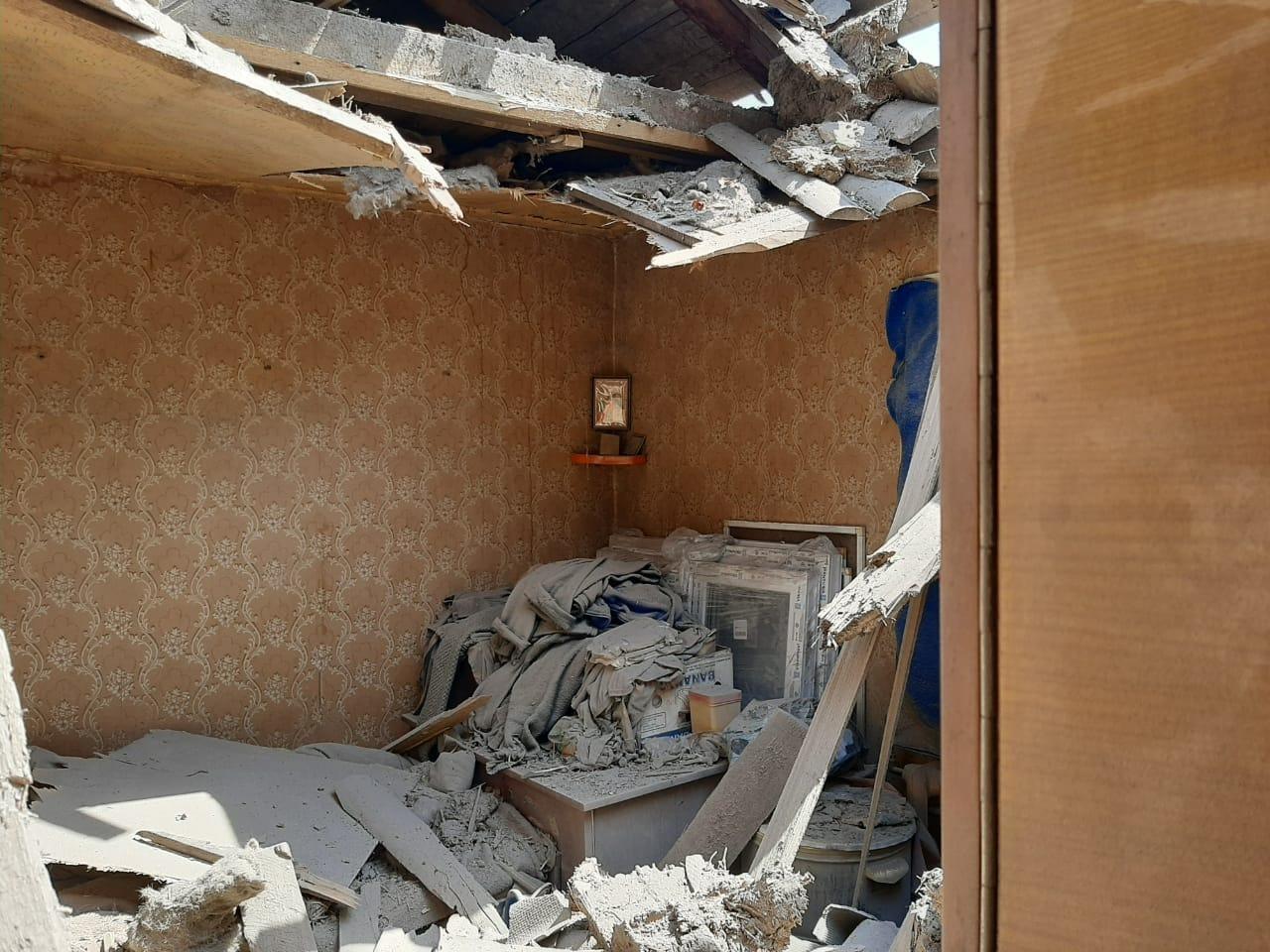 подшкоджений обстрілом будинок у Пісках