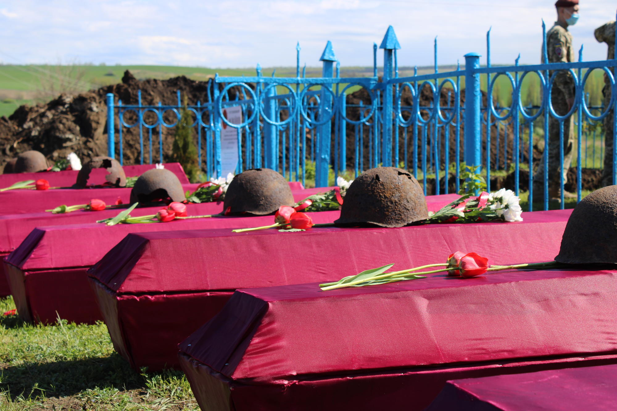 гроби з радянськими касками у Микільському Святогорської ОТГ