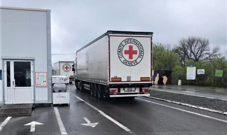 вантажівка з допомогою від Червоного Хреста на КПВВ Новотроїцьке