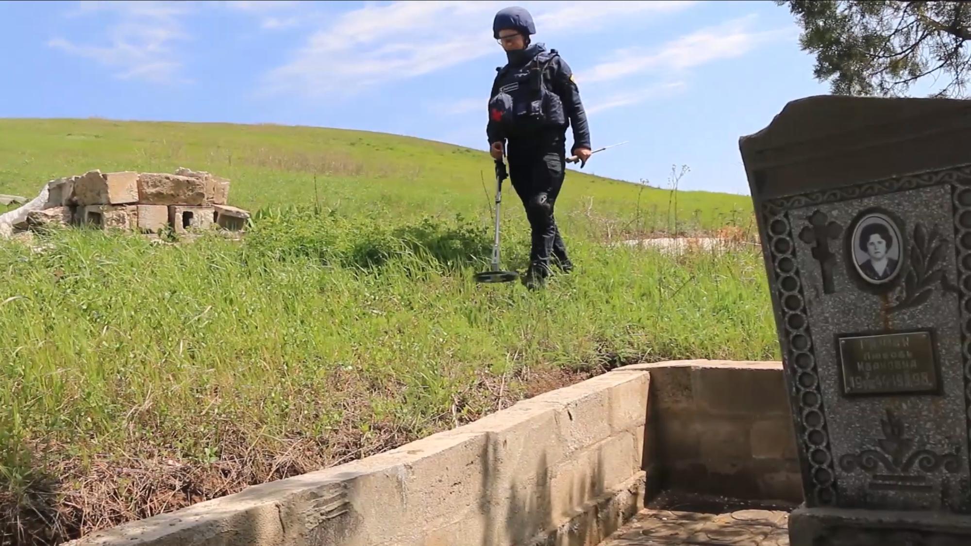 Надзвичайники Донеччини знайшли на кладовищах 13 вибухонебезпечних предметів