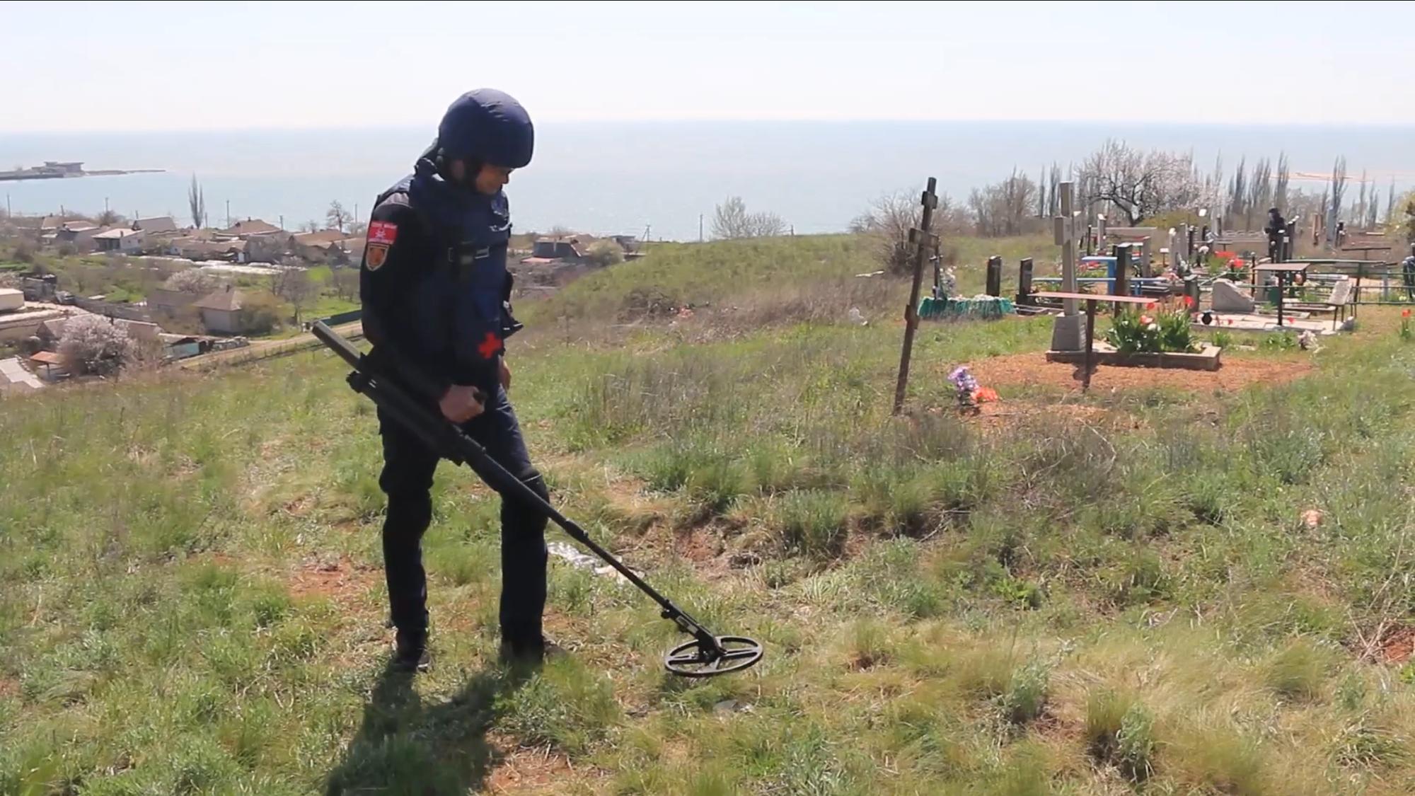 Спасатели ГСЧС нашли на кладбищах Донетчины 13 взрывоопасных предметов