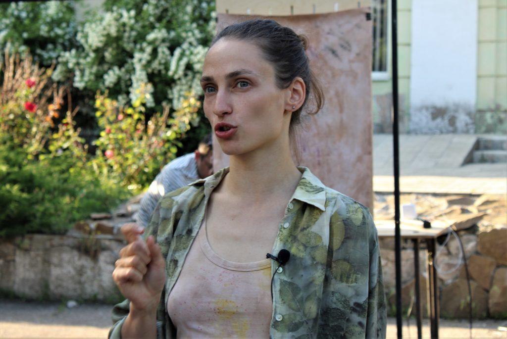 Мисткиня фарбує тканини рослинами, які ростуть у Донецькій області