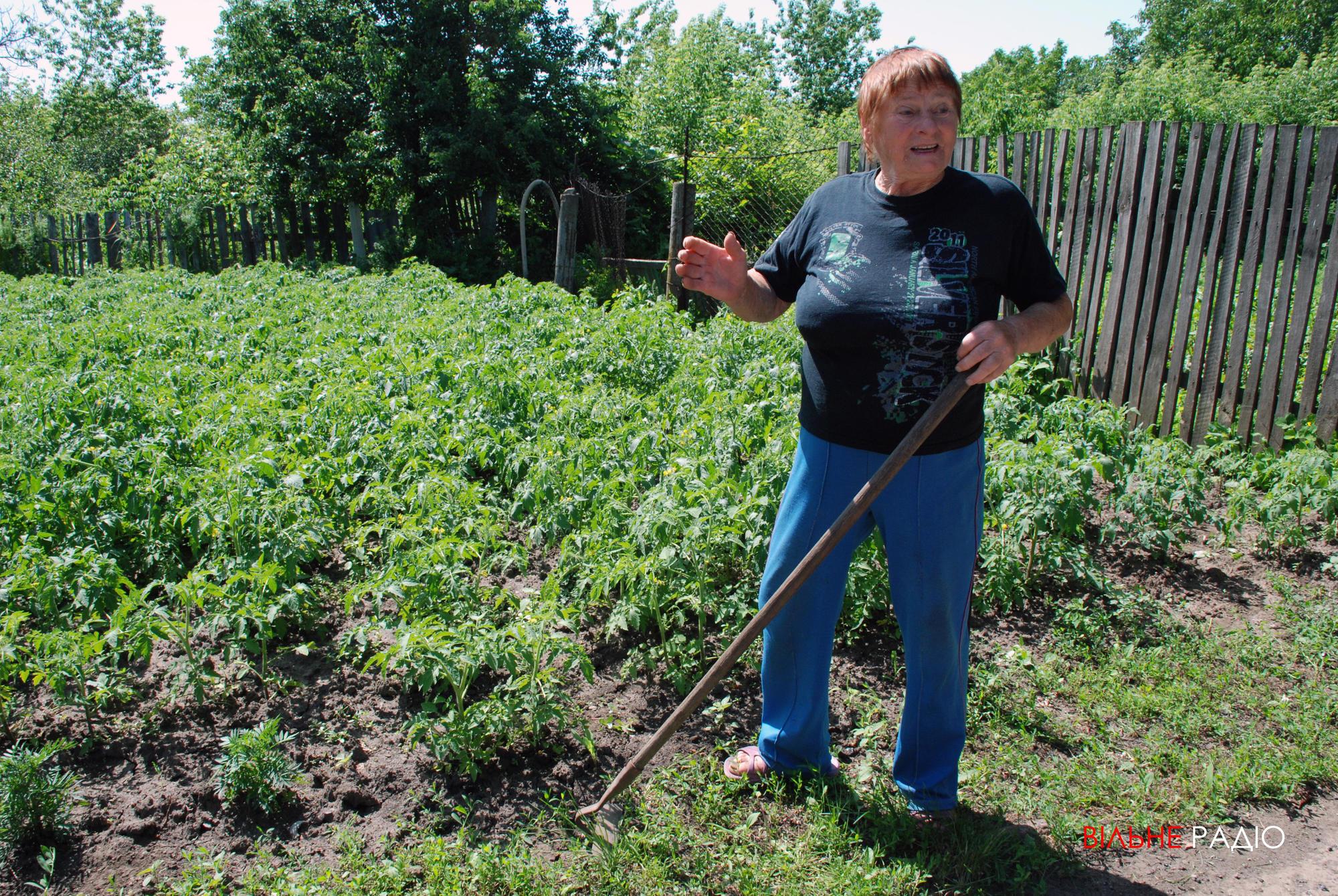 Жительница хосписа в Часов Яре Анна Яковлевна на огороде