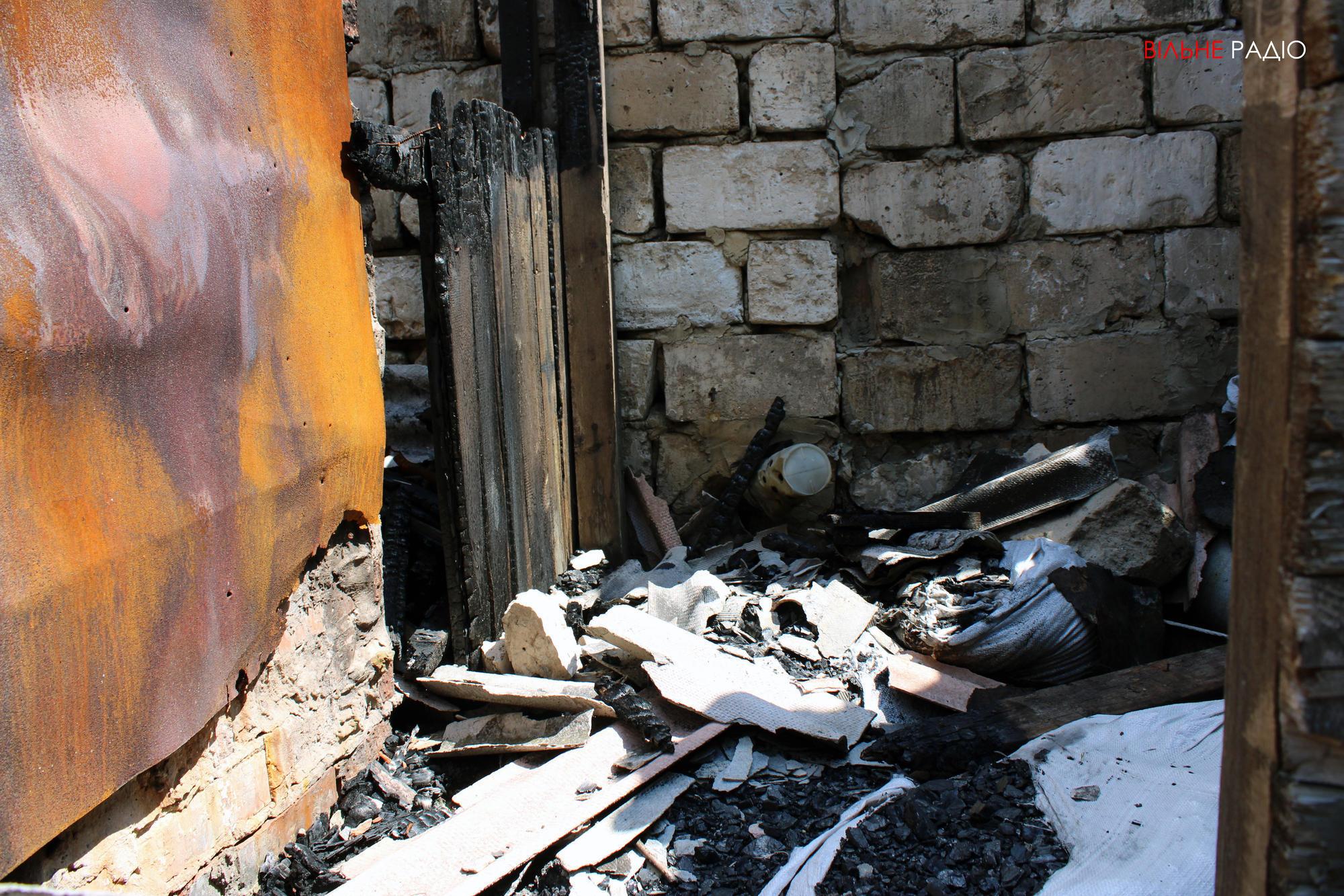 Сгоревший сарай в одном из дворов Майорска в Донецкой области