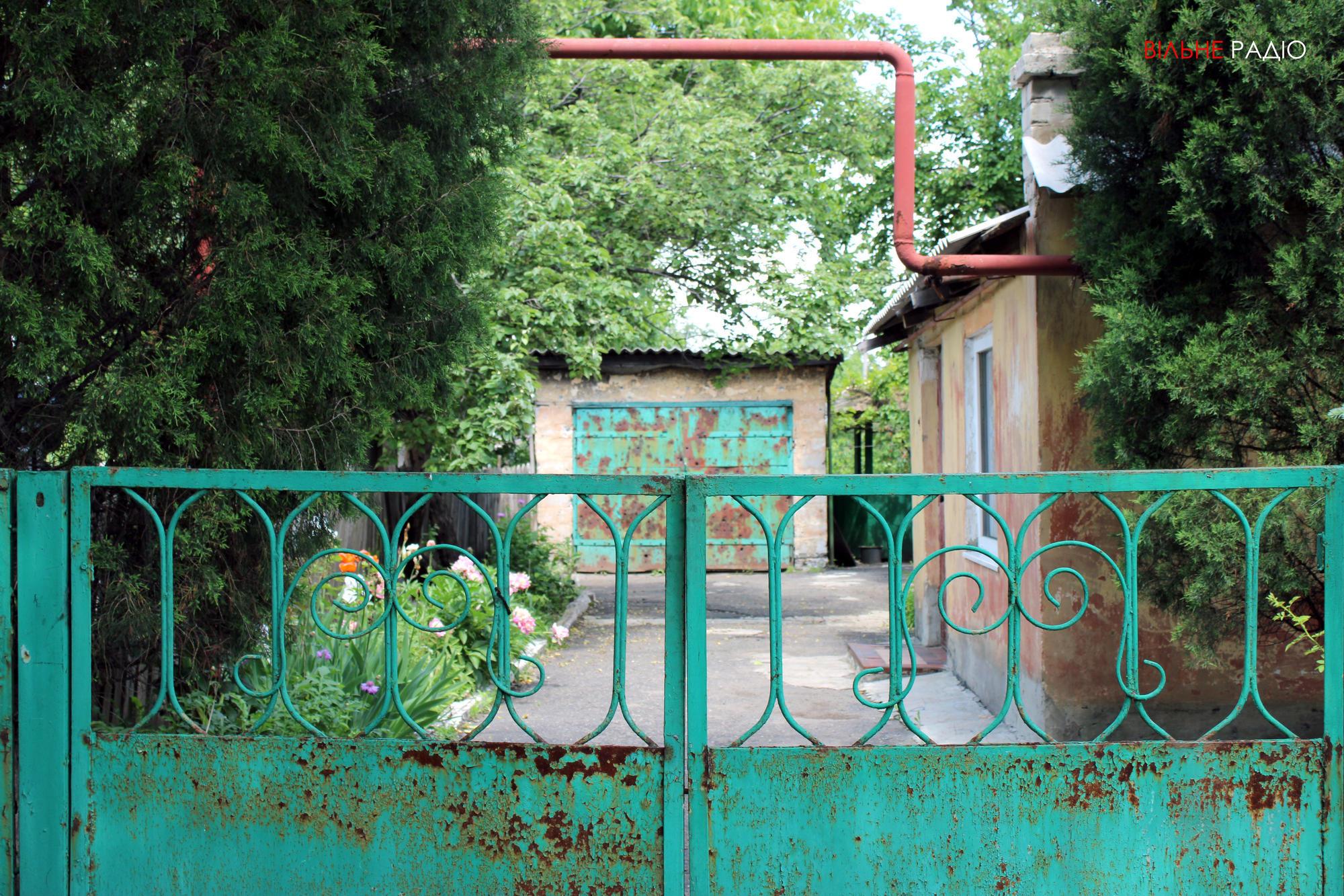Подвір'я родини Романчуків, які переїхали з прифронтового Майорська до селища під Бахмутом