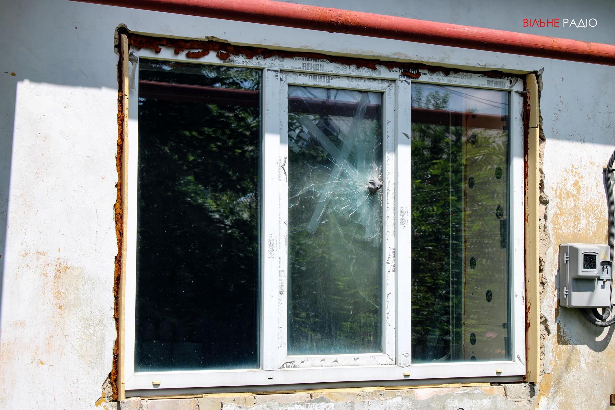 Окно одного из домов в Майорске, куда попал снаряд